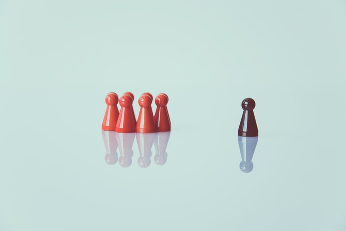 Es posible que tu producto o servicio logre diferenciarse en más de una forma. Sin embargo, los siguientes tres aspectos son los que, en nuestra opinión, harán tu propuesta de valor totalmente infalible: #1 Fácil uso / Usabilidad  Es elemental que tus clientes puedan utilizar fácilmente tu producto para resolver eficientemente algún problema específico que tengan. Igualmente, debe implicar el mínimo esfuerzo por parte del usuario y evitar que este pueda cometer errores.   De esta forma, el cliente estará sumamente satisfecho. Es más frecuente encontrar consumidores que prefieren un producto porque es fácil de usar por encima de otras características. Se debe a que esta cualidad es muy conveniente.  Al momento de diseñar tu propuesta de valor, identifica los trabajos o tareas de su público objetivo y aplica los siguientes consejos:  Prioriza los trabajos colocándote en el lugar del cliente. Una vez establecidos, escoge aquellos que tu producto facilitará. No necesariamente debes seleccionar los más importantes, sin embargo, sí deben tener una gran relevancia para el usuario. Para crear valor, solo debes enfocarte en unos cuantos dolores, trabajos y ganancias. Es evidente que no podrás solucionarlos todos. Esto es lo que hicieron las empresas que han creado grandes propuestas de valor.  Además de tus propias percepciones, es elemental complementar el proceso de crear valor mediante la obtención de información directamente del cliente. #2 Personalización Otra forma muy eficaz de crear valor es mediante la personalización. Consiste en la adaptación de tus productos o servicios a los gustos o necesidades específicas de cada cliente. Usualmente, esta característica va asociada con precios altos.  Es de vital importancia que el consumidor perciba este factor de diferenciación como algo tan ventajoso que justifique su preferencia. Esto se traduce en que debe sentir que el producto o servicio fue hecho exactamente para él y para nadie más.  Por lo tanto, el objetivo final es